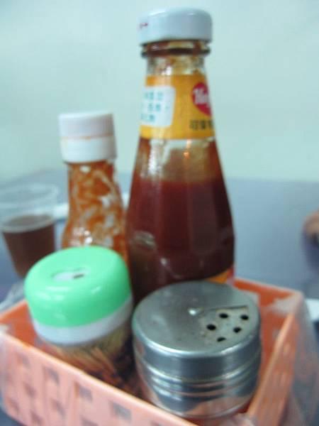 調味醬料-在桌上.JPG