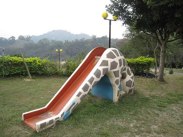 大象溜滑梯.JPG