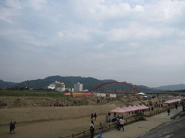 堤防上遠觀沙雕展.JPG