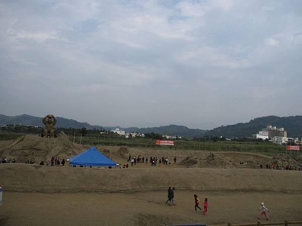 堤防上遠觀沙雕展 (1).JPG