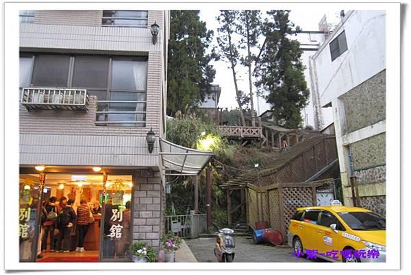 登山別館旁樓梯上商店餐廳區.jpg