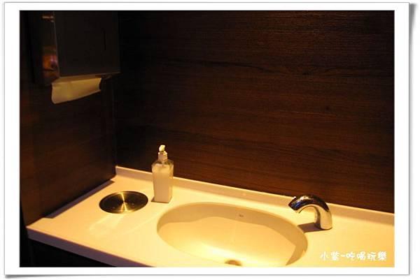 用餐區洗手台、擦 手紙 (1).jpg