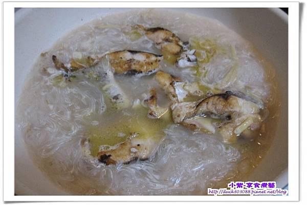 煎好的魚下鍋.jpg
