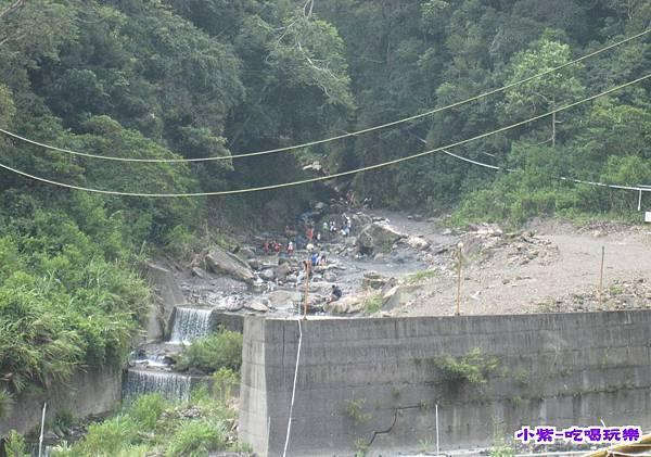 有棚營位遠眺溪邊戲水區.jpg