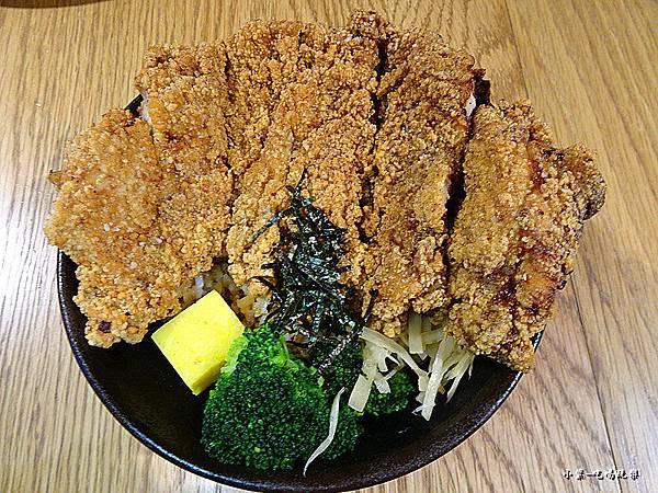 巨無霸雞排丼飯 (2)9.jpg