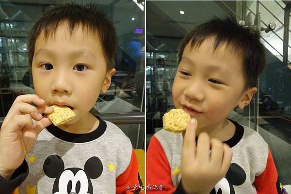 吃鹹蛋黃餅.jpg