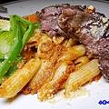 波隆納紅醬低溫烹調菲力牛排筆管麵-典義點 (1).jpg