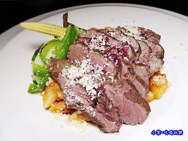 波隆納紅醬低溫烹調菲力牛排筆管麵-典義點 (3).jpg