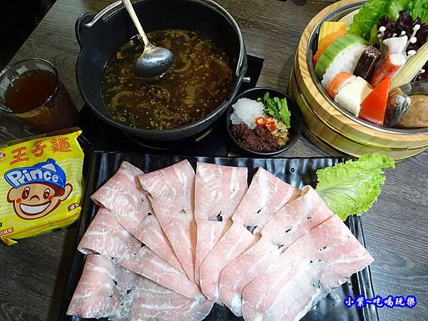 松板豬肉鍋-米塔石頭火鍋。新店中正店  (1).jpg