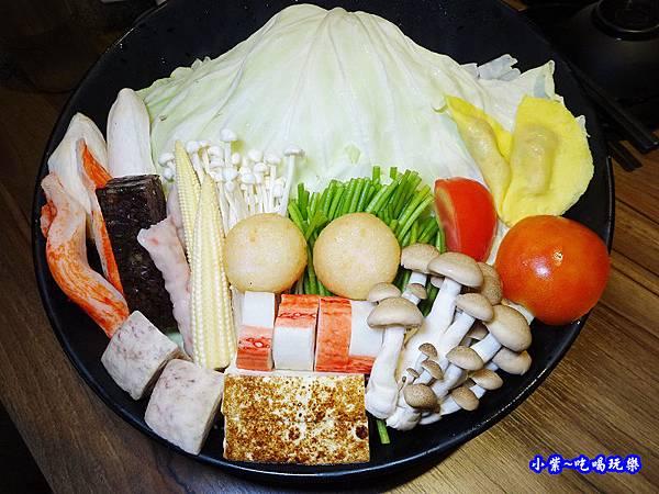 雙人海陸分享餐菜盤-肉多多火鍋竹北店.jpg