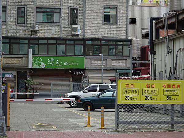 肉多多火鍋竹北店對面停車場.JPG