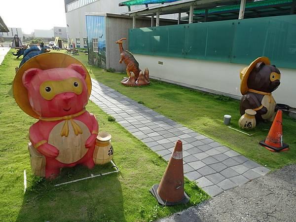 台灣玻璃館-戶外恐龍區 (2).JPG