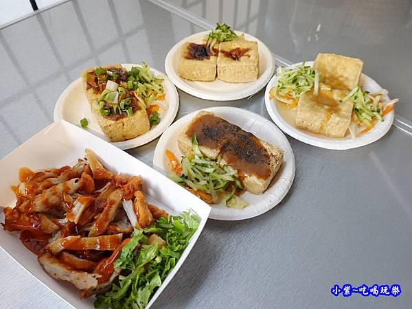 初訪客人老闆招待超多美食-中山路水來來臭豆腐 (1).jpg
