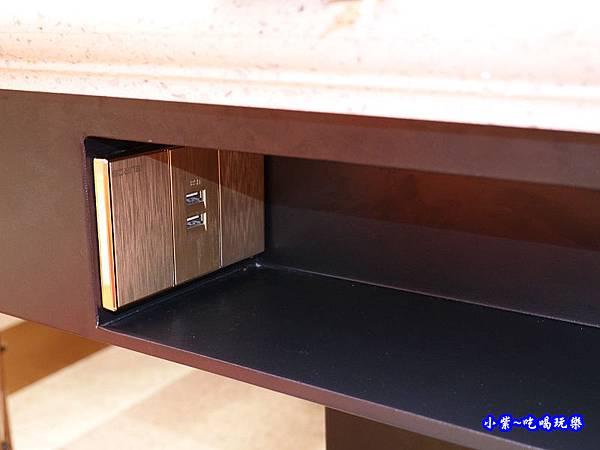 桌下手機插座-美滋鍋台灣.jpg