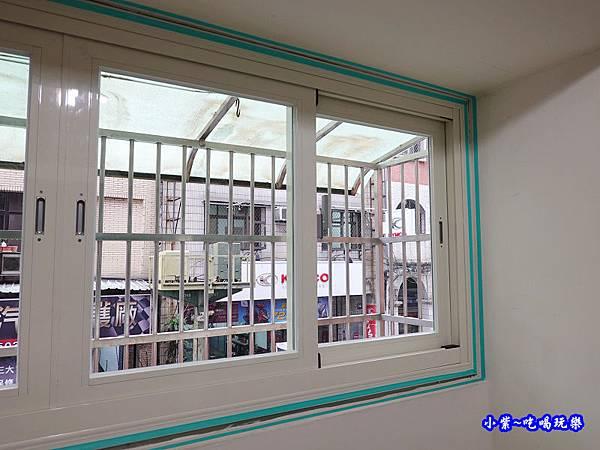 貼膠帶矽利康封邊-華豐氣密窗靜音窗  (3).jpg