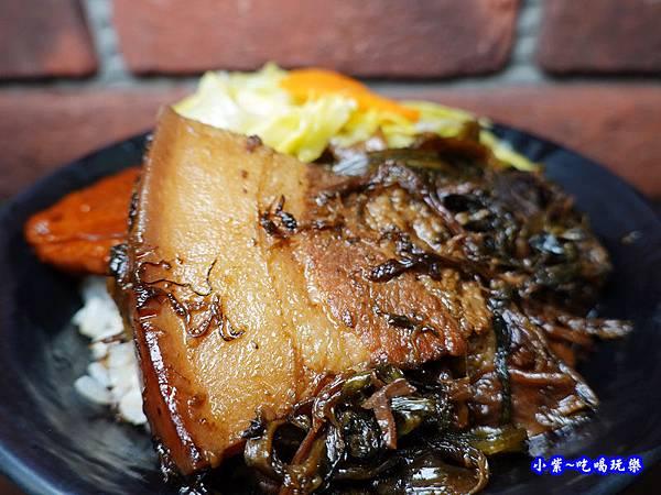 梅干扣肉飯-萬家老街豬腳龍岡店  (1).jpg