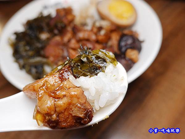 滷肉飯-呷七碗淡水店 (1).jpg
