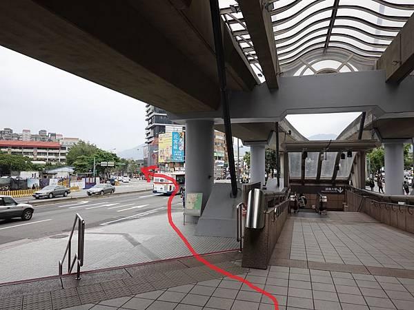 基河路-捷運劍潭站1號出口 (2).JPG
