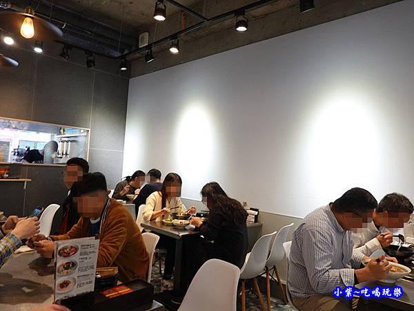 用餐環境-神仙牛肉麵 (1).jpg
