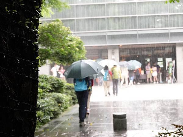 下雨可借雨傘-大板根森林溫泉酒店.JPG