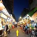 捷運松山站1號出口往饒河街夜市 (1).JPG
