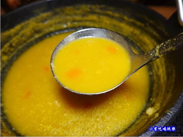 煮到濃稠的南瓜湯底-苑裡米多岦餐廳 (1).jpg