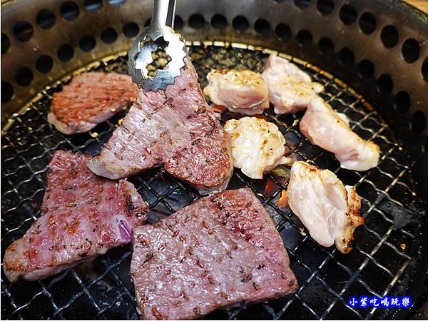 沙朗牛肉-赤富士無煙燒肉鍋物吃到飽 (2).jpg