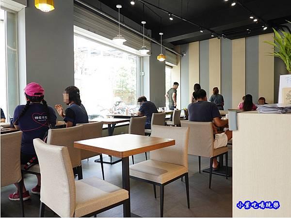 用餐環境-fun晴輕食餐廳 (1).jpg