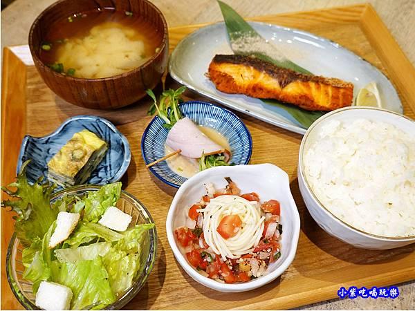 煎鹽漬鮭魚定食-竹北-橫丁六八屋 (1).jpg