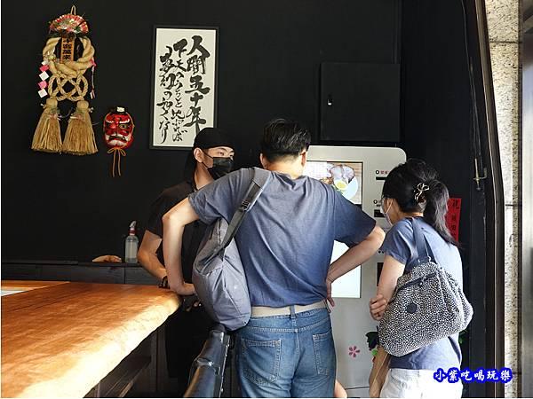 指導客人使用點餐機-織田信長.jpg