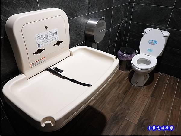 女廁尿布台-洪金小紅莓自助式石頭火鍋城.jpg