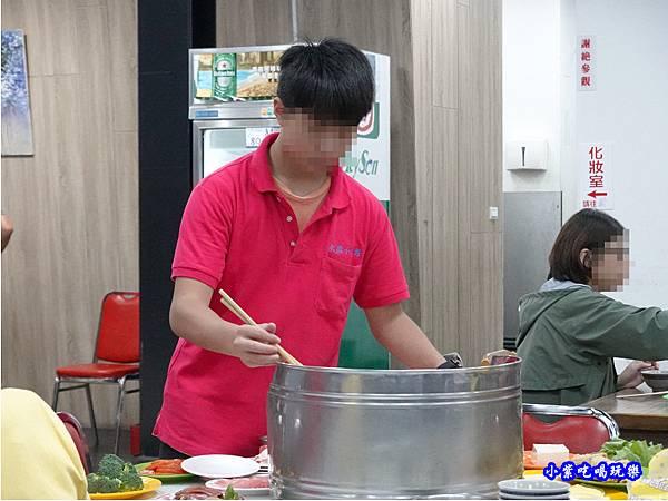 店內右邊用餐區-洪金小紅莓自助式石頭火鍋城 (1).jpg