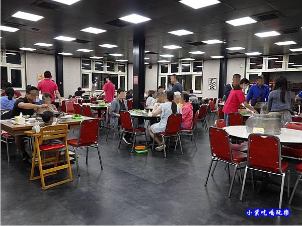 店內右邊用餐區-洪金小紅莓自助式石頭火鍋城 (2).jpg