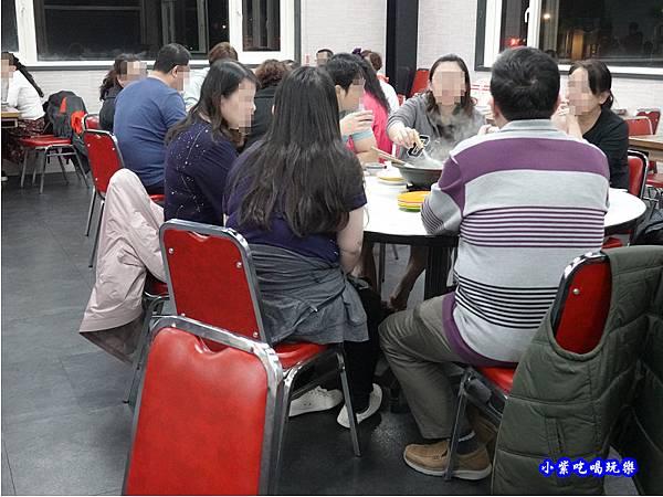 店內右邊用餐區-洪金小紅莓自助式石頭火鍋城 (3).jpg