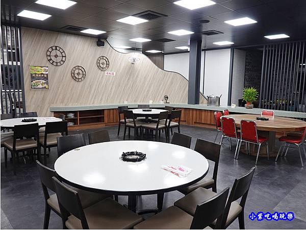 店內左邊用餐區-洪金小紅莓自助式石頭火鍋城 (3).jpg