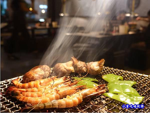烤草蝦螺肉-火之舞和牛燒烤吃到飽桃園店 (1).jpg