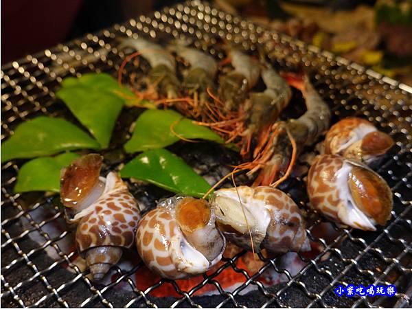 烤螺肉~朝上-火之舞和牛燒烤吃到飽桃園店.jpg