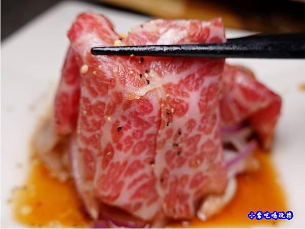 薄牛肉片洋蔥沙拉-火之舞和牛燒烤吃到飽桃園店 (1).jpg