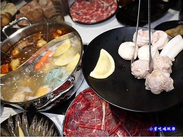 手工丸餃-連進酸菜白肉鍋吃到飽.jpg