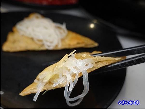 蔥油餅包冬粉絲-連進酸菜白肉鍋吃到飽1.jpg