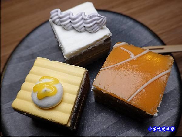 甜點櫃-赤富士草莓季 (2).jpg