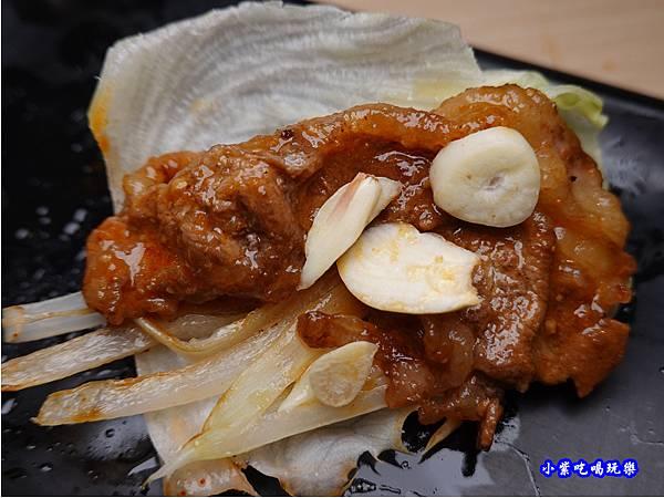 生菜包牛五花加蒜-肉鮮生韓式烤肉吃到飽沙鹿店 (2).jpg