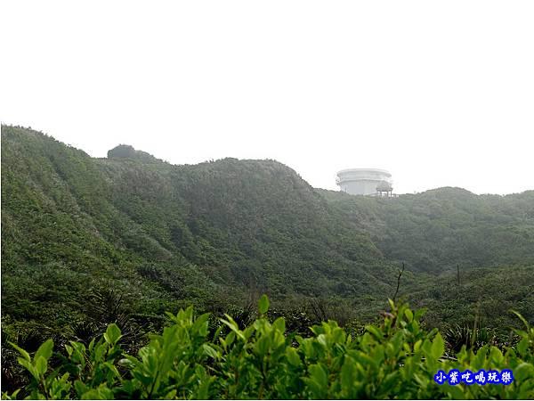 馬崗漁村看山上-三貂角燈塔.jpg