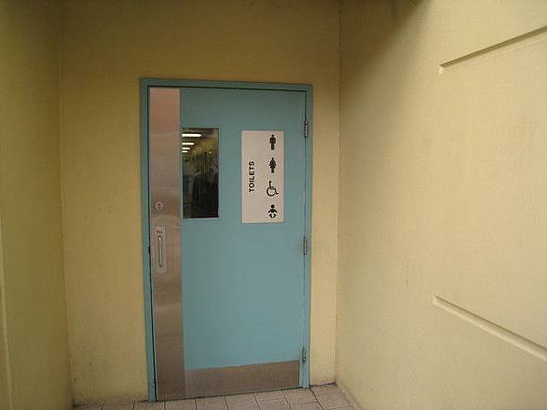 public toilet這道門進去後還有分男女生的廁所喔.