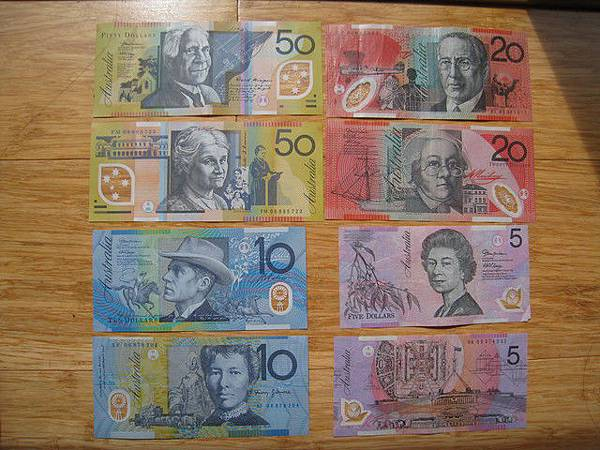 澳洲的鈔票.最大到一百.可是我們沒有.