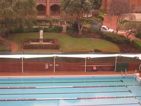 是一間女子學校附設的泳池.一看就知出自誰手..