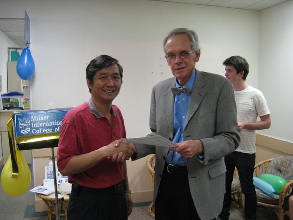 林大哥完成了英文課程了..mr. mliner頒發證書