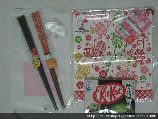 兩雙筷子。宇治抺茶巧克力。跟超可愛Hello kitty束口袋。
