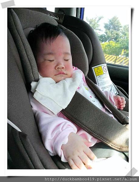 (6M2D)春節塞爆了,高雄到台南開了兩個半小時,趴睡呱仰著都睡不著,靠著嘴嘴幫忙總算在ㄧ個半小時後用很醜的表情睡著了 XD.jpg