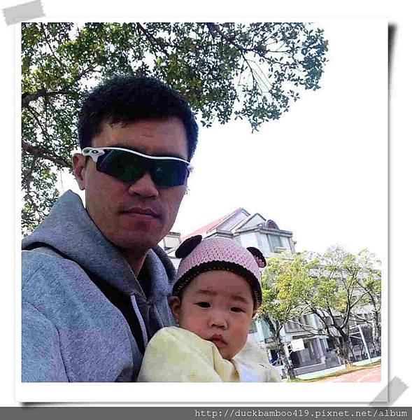 (6M23D)早上麻麻上健身工廠,由老爹出門遛呱,是說這張照片超像壞大叔脅持小寶寶的哈.jpg